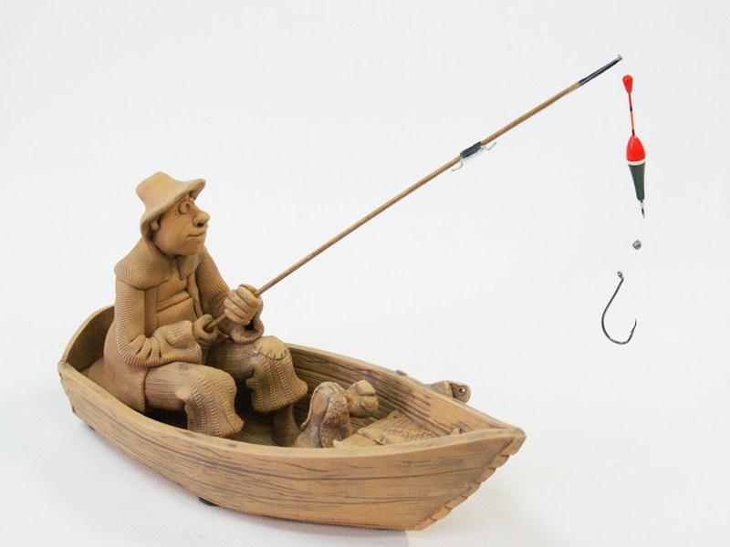 Глиняная композиция Рыболов в деревянной лодке