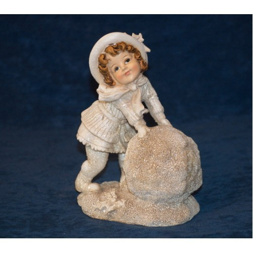 Статуэтка Девочка со снежком