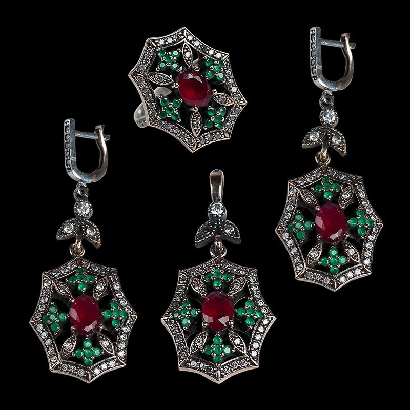 Комплект украшений с цирконами, рубинами и изумрудами