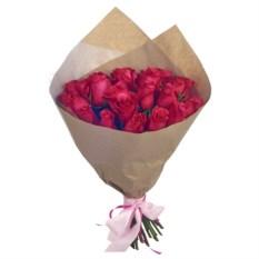 Букет из 25 бордовых роз в крафт бумаге