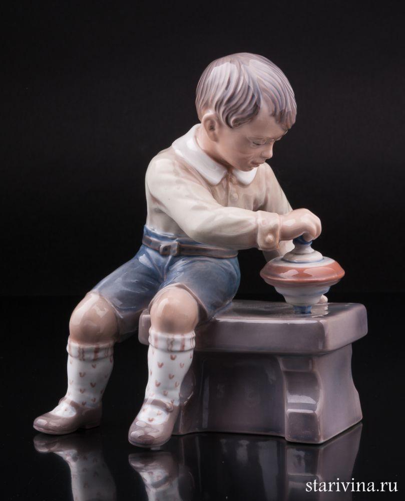 Фарфоровая статуэтка Мальчик с юлой