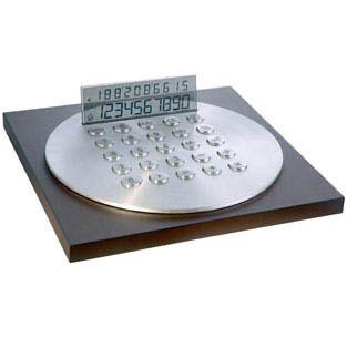 Калькулятор на деревянной подставке