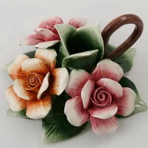 Подсвечник с фигурками цветов
