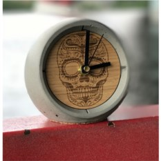 Дизайнерские настольные часы из бетона с гравировкой