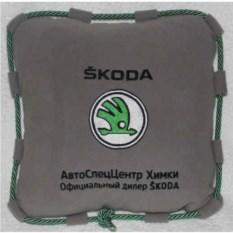 Серая подушка Skoda со шнуром и надписью